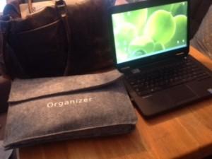 Mijn dagelijkse worksgear. Tas (van mijn zusje), veel papieren, laptop.