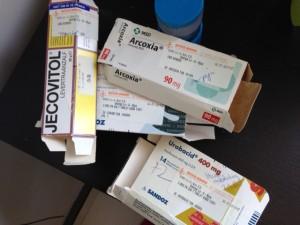 de lege doosjes medicijnen die ik van mijn vader meekreeg. de medicijnen zijn eruit maar ik kan ze niet weggooien.