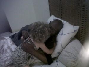 knuffelen met opa vlieger. Ebony and Ivory