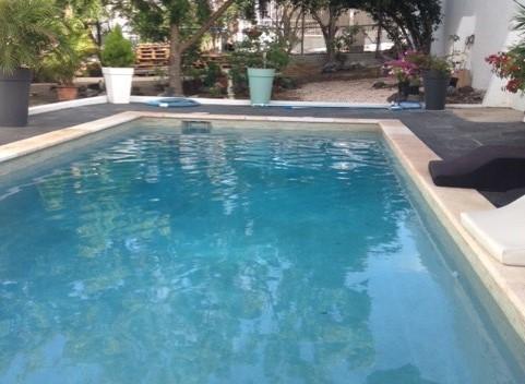Scheerschuim en een zwembad